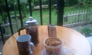 Petit déjeuner sur la terrasse en regardant la pluie tomber